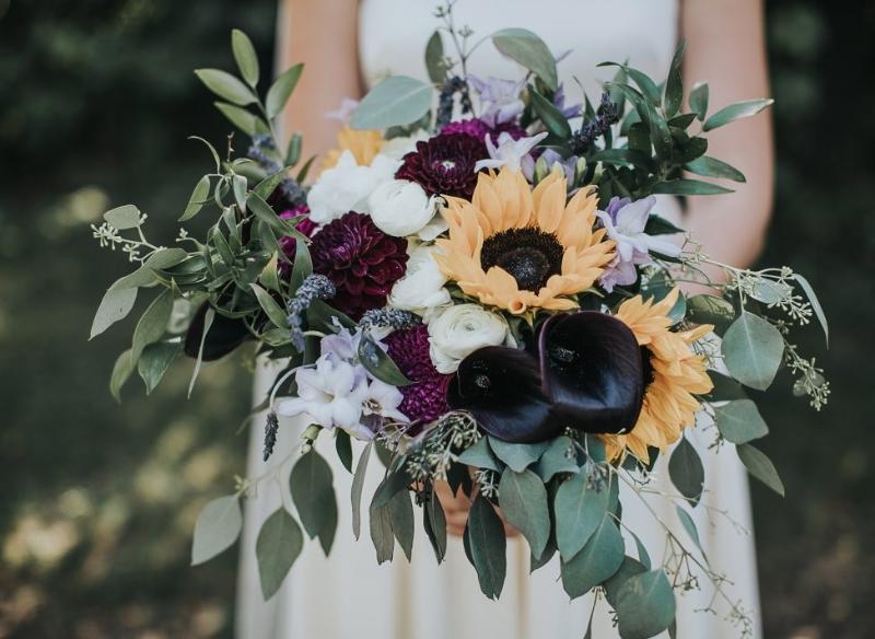 bó hoa hướng dương cầm tay mix các loại hoa có màu sắc tím và đen