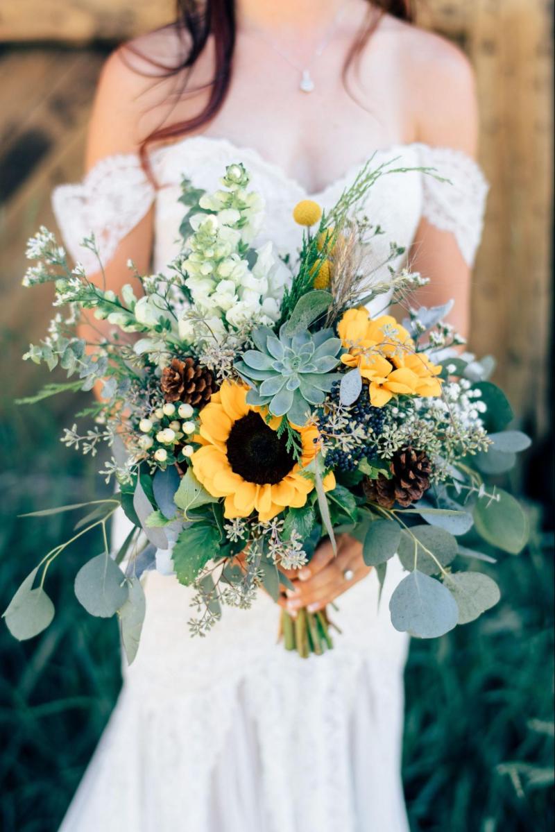 hoa hướng dương kết hợp cùng sen đá, hoa cúc và quả chò