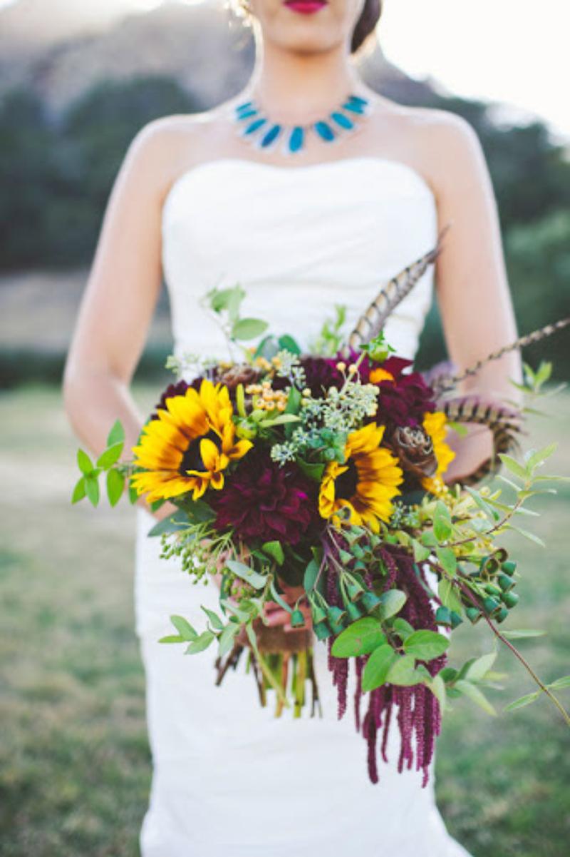 hoa cưới cầm tay hướng dương gần gũi với thiên nhiên