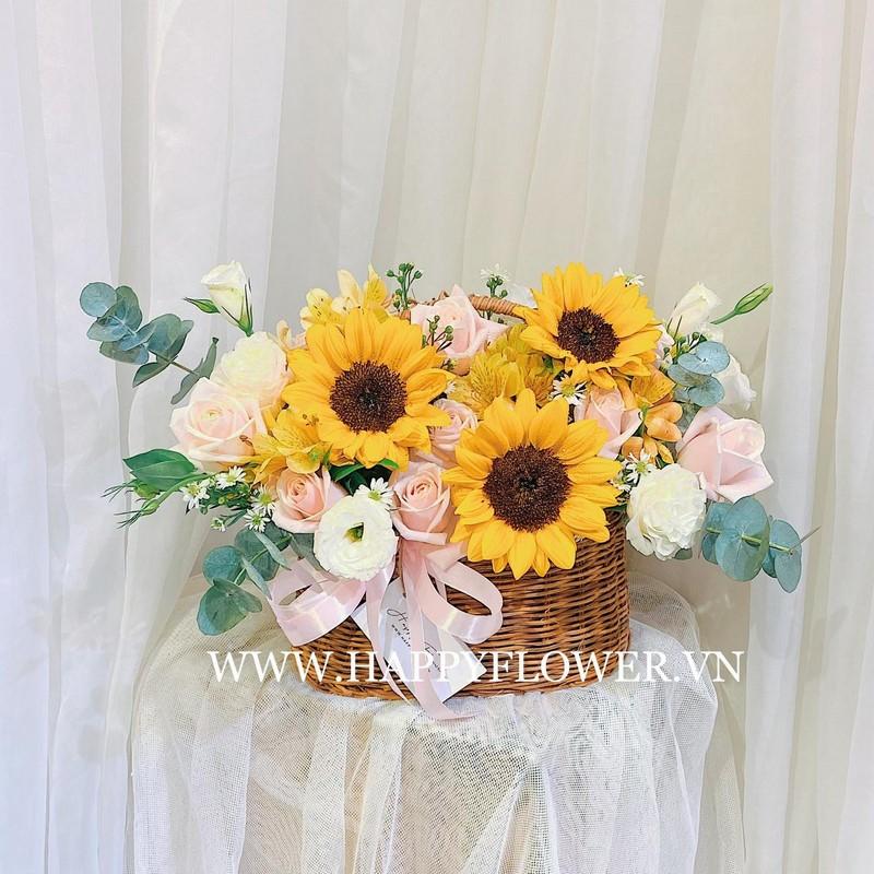 giỏ hoa hướng dương và hoa hồng