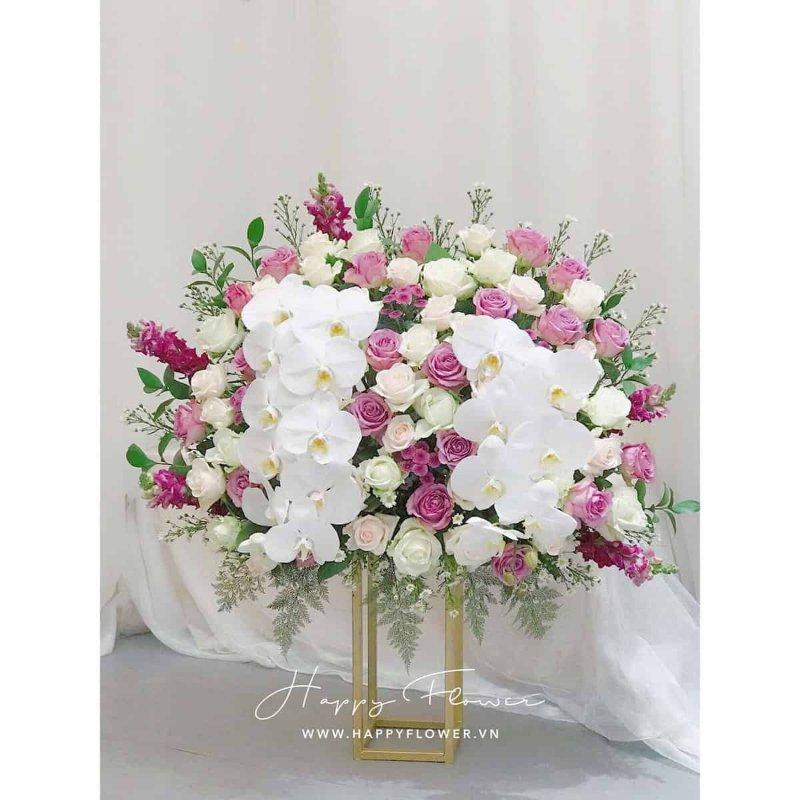 Chậu hoa lan và hoa hồng để bàn