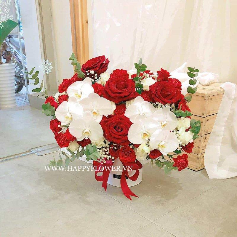 Hoa lan trắng kết hợp với hoa cẩm chướng đỏ rực
