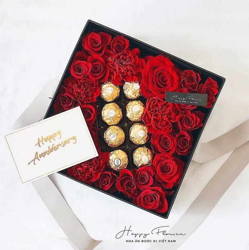 hộp hoa hồng và socola màu đỏ