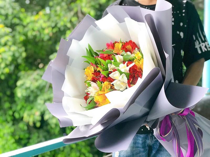 bó hoa sinh nhật thủy tiên nhiều màu sắc