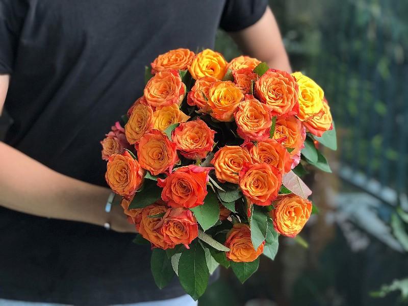 Hoa hoa hồng cầm tay màu cam
