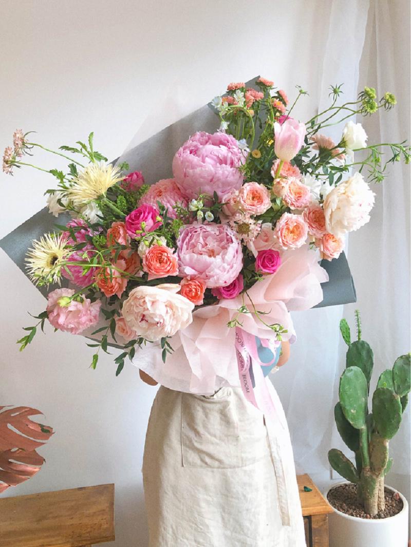 Hoa mẫu đơn kết hợp với hoa hồng tuyệt đẹp