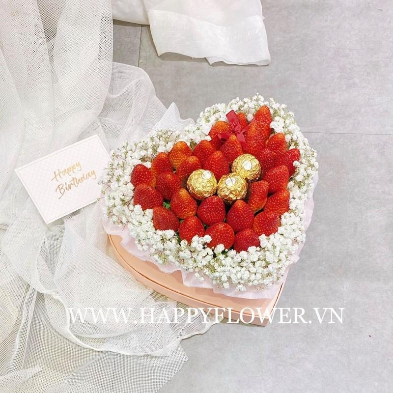 hộp hoa sinh nhật hình trái tim dâu tây mix kẹo socola và hoa baby trắng