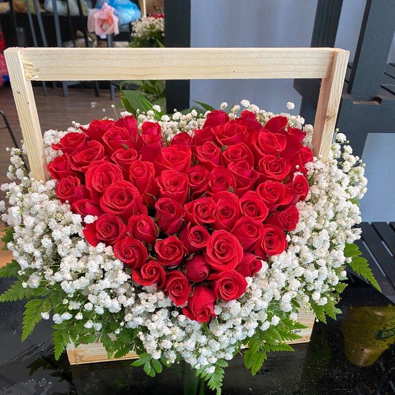 Giỏ hoa sinh nhật hình trái tim hoa hồng đỏ mix hoa baby trắng
