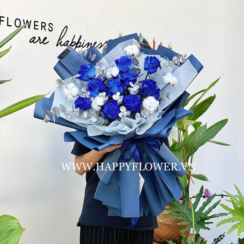 bó hoa gồm 10 hoa hồng xanh Ecuador mix cùng hoa bông gòn và lá bạc