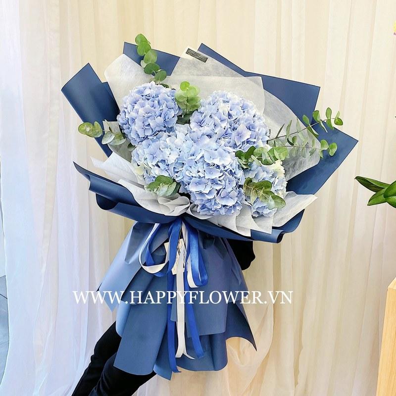 bó hoa 5 bông cẩm tú cầu trên nền giấy gói xanh