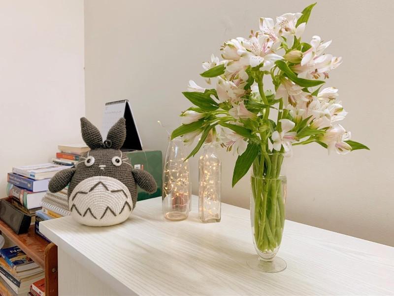 Hoa thủy tiên màu trắng tinh khôi được cắm trong bình