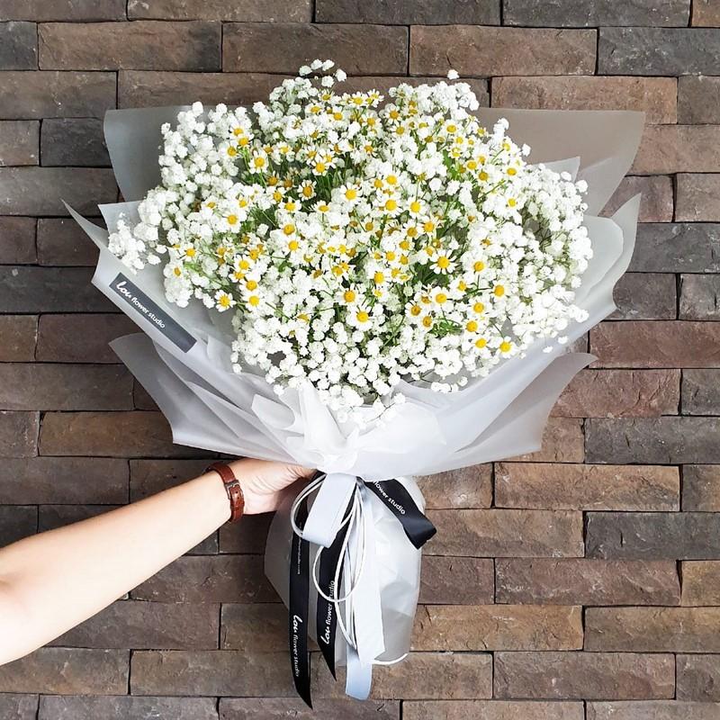 bó hoa cúc giấy gói trắng phong cách hiện đại