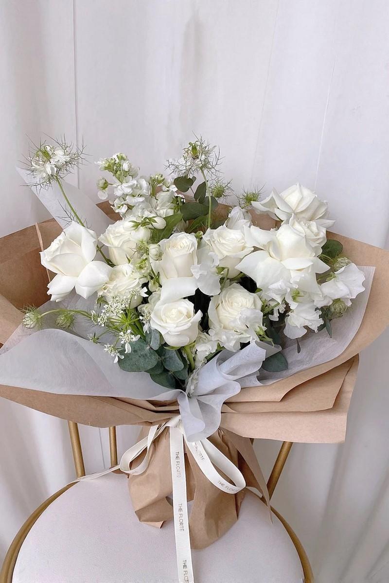 bó hoa hồng màu trắng và hoa cúc mẫu đơn