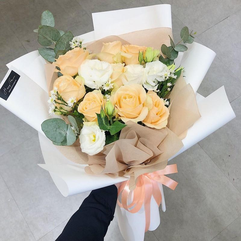 bó hoa hồng màu vàng cam và trắng