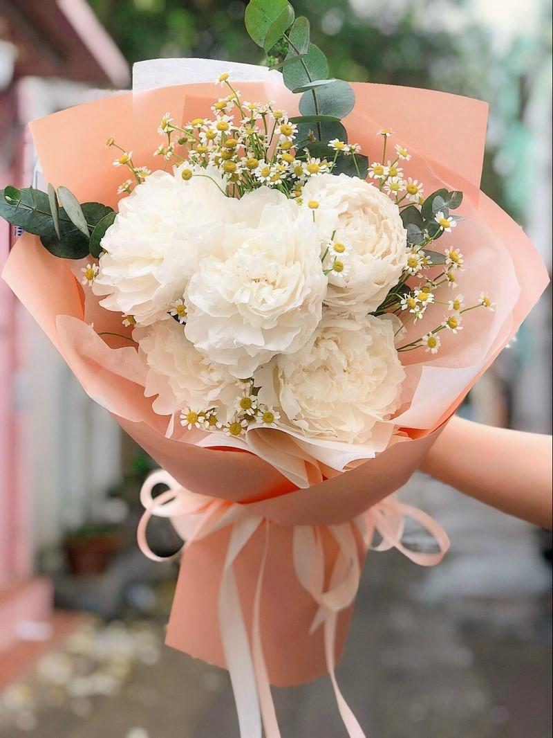 bó hoa mẫu đơn trắng và hoa cúc tana