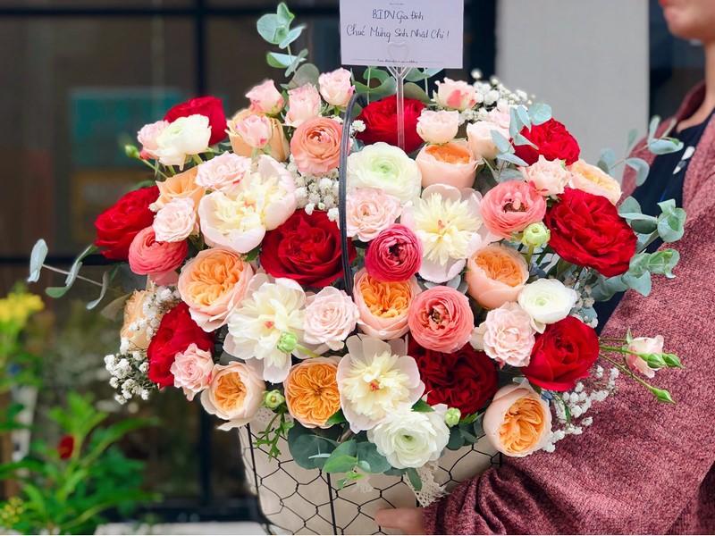 giỏ hoa hồng nhiều màu rực rỡ
