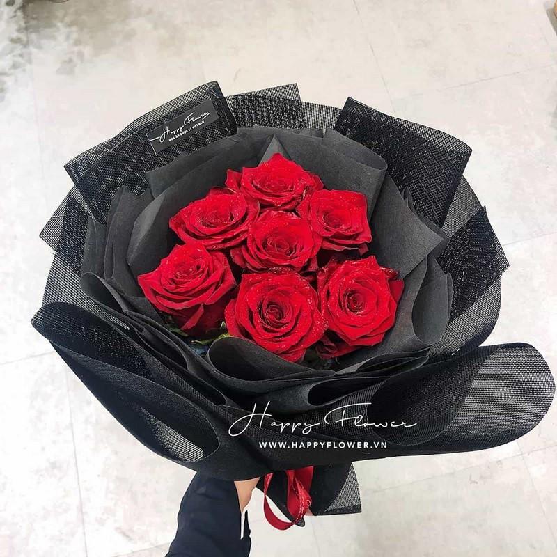 bó hoa hồng đỏ rực rỡ giấy gói đen