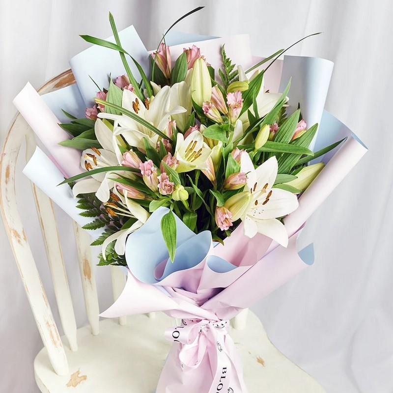 bó hoa loa kèn trong giấy gói xanh hồng