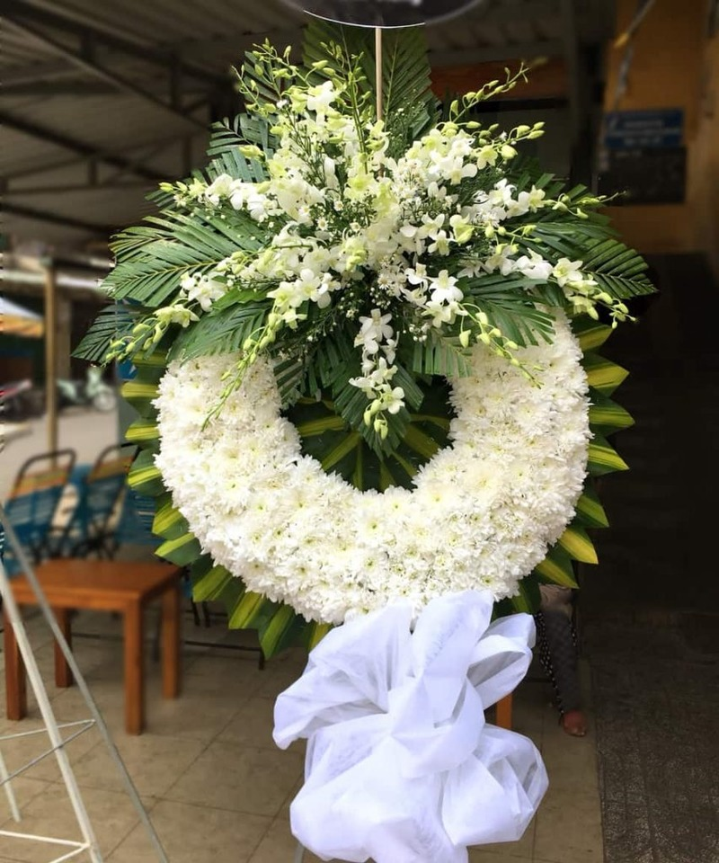vòng hoa chia buồn kết bằng hoa cúc trắng