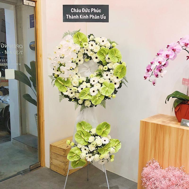 lẵng hoa chia buồn hoa hồng trắng mix hoa đồng tiền trắng