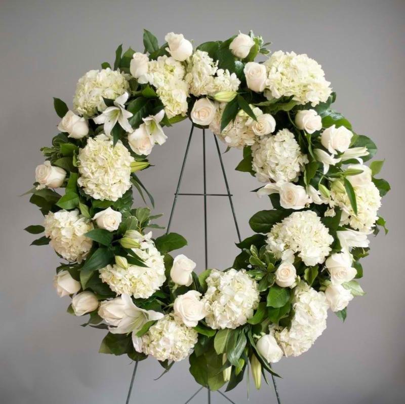 vòng hoa đám tang hoa cẩm tú cầu trắng mix hoa hồng trắng