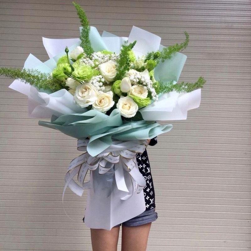 bó hoa cát tường xanh và hoa hồng trắng