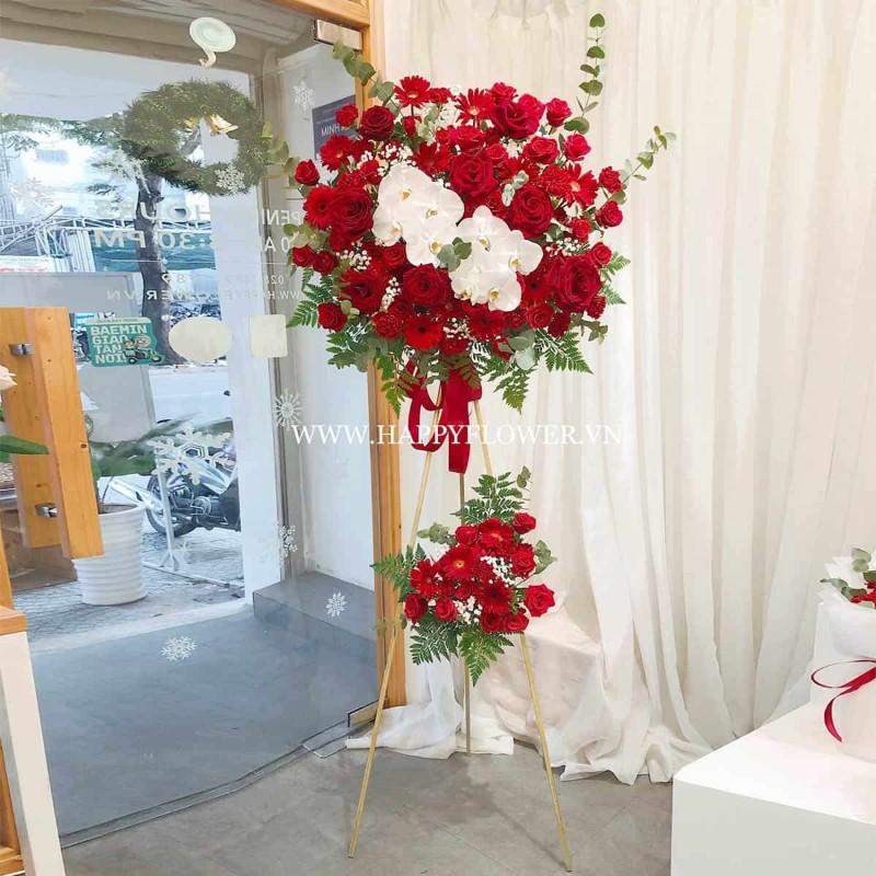 Kệ hoa lan trắng và bông hồng đỏ tặng khai trương