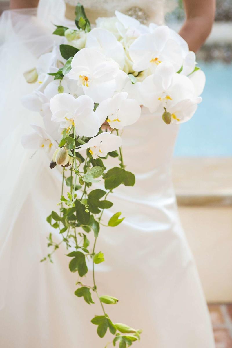 Hoa cưới cầm tay lan hồ điệp trắng tinh tế và trang trọng