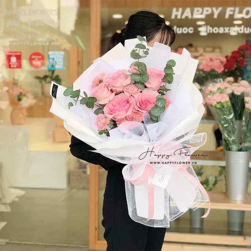 bó hoa hồng phấn gói giấy trắng