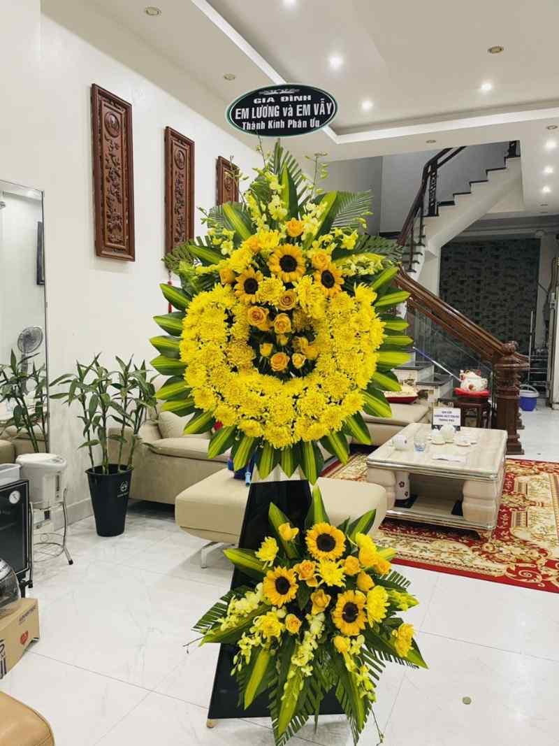 kệ hoa chia buồn màu vàng