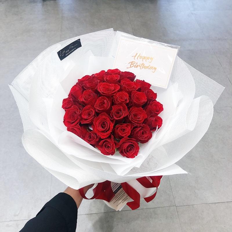 Bó hoa hồng đỏ với giấy gói trắng mừng sinh nhật