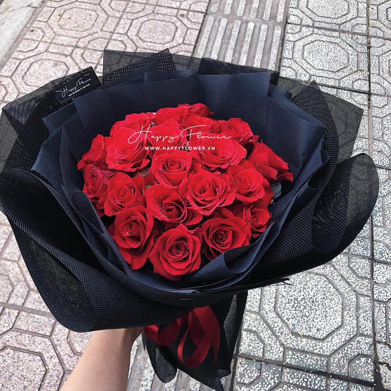 Bó hoa hồng đỏ mix giấy gói đen chúc mừng sinh nhật